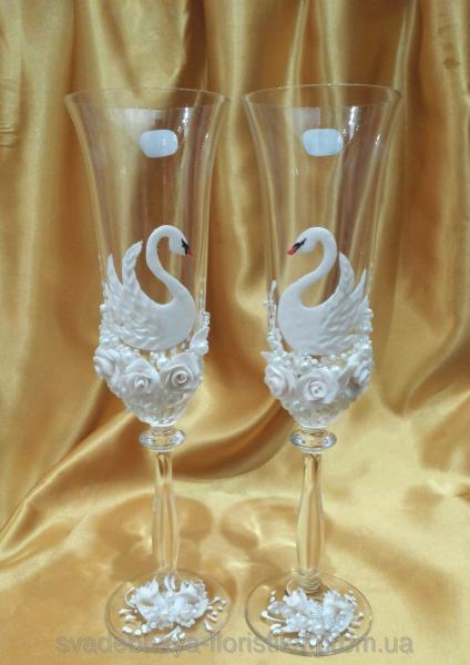 """Свадебные бокалы """" Лебеди с белыми розами"""""""