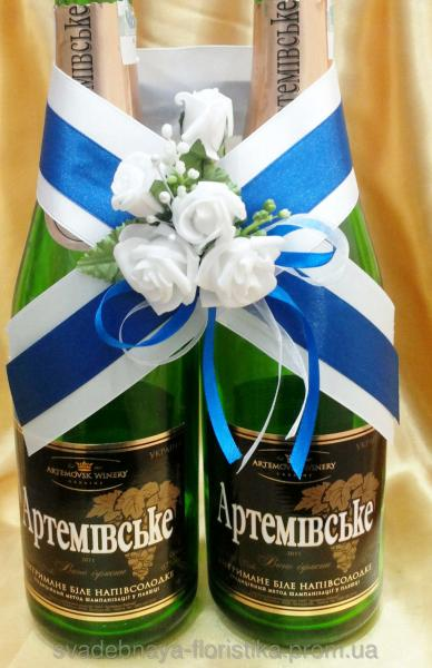 Украшения на шампанское синего цвета.