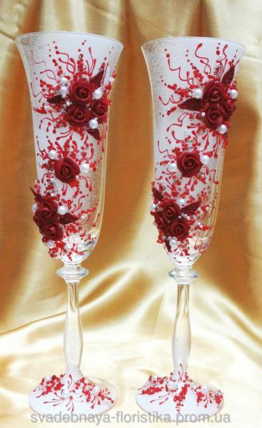 """Свадебные бокалы """"Россыпь роз"""" в красном цвете."""
