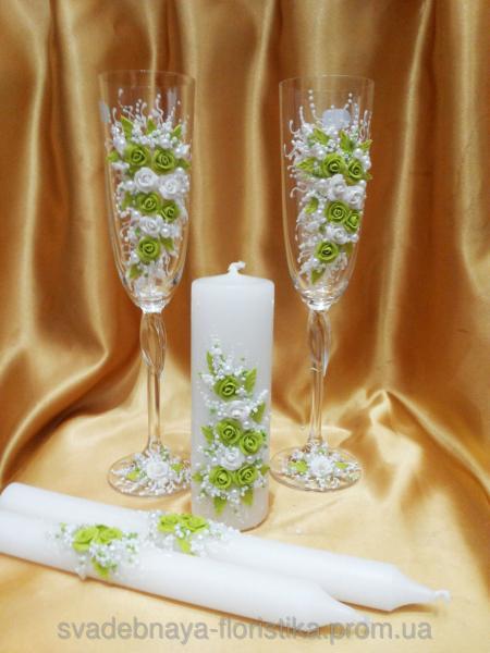 Свадебные бокалы и свечи в бело/салатовом цвете.