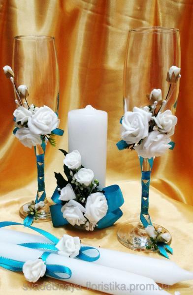 Свадебные бокалы и свечи с бирюзовыми лентами.