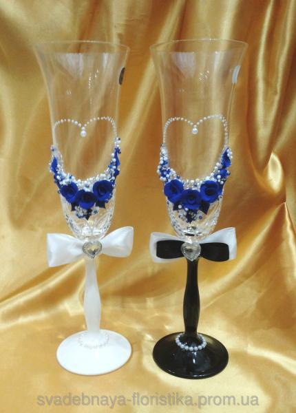 """Бокалы """"Жених и Невеста"""" с синими розами."""
