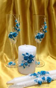 Фото Свадебные аксессуары в едином стиле Свадебные бокалы и свечи в голубом цвете.