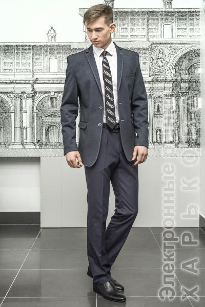 Приталенный пиджак серого цвета из стрейчевой ткани.