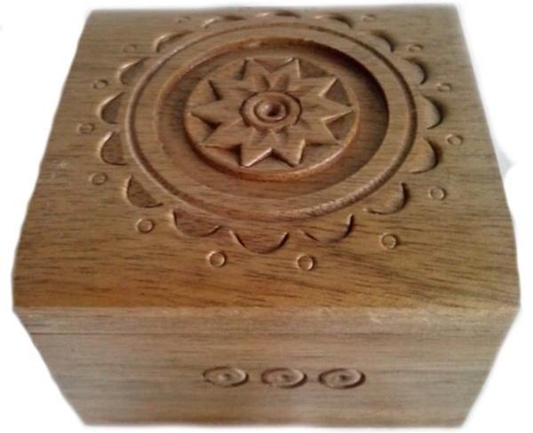 Резная деревянная шкатулка. . Размер шкатулки 6.5 х 6.5 см. Изготовлена из натурального дерева - орех   Артикул: 13171904