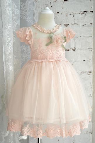 Воздушное платье с брошью и пышной юбочкой