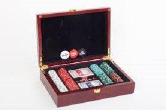 Покерный набор в дерев. кейсе-200 (200фишек с номинал,2 кол.карт,5куб,р-р кейса 30*21*6,5см)