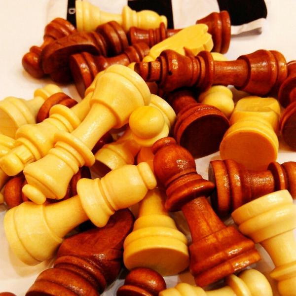 Запасные фигуры для шахмат+ полотно для игр  (дерево, h пешки-2,6см)
