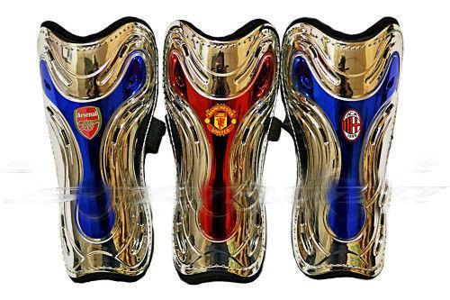 Щитки футбольные с клубной символикой.