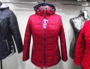 Фото Куртки демисезонные «SOFINI» Куртка женская «Кнопка», цвет – бордо