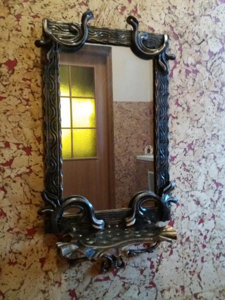 Зеркало с полкой и крючками для ключей, зонтов