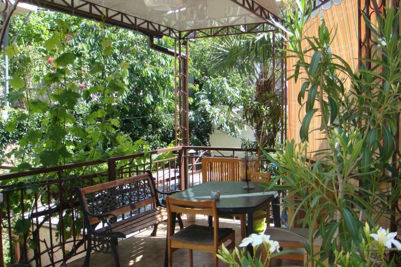 Фото  03 КОКОС 2х местное размещение в двухэтажном гостевом доме №1 отдых в Ялте  ( два+1) проживание с парковкой