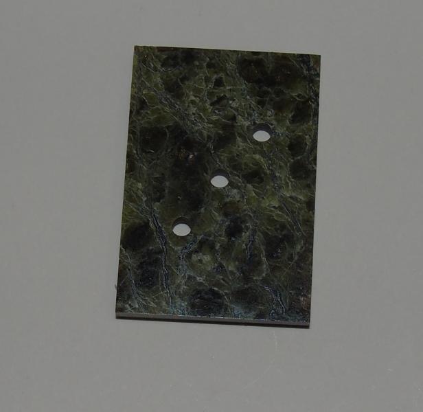 Кабошон змеевик пластина 29х20х3 мм с тремя отверстиями