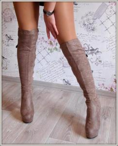 Фото  Шикарные бежевые ботфорты на каблуке