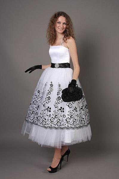 Платье с пышной юбкой ниже колена