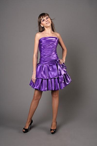 Короткое платье с заниженной талией на корсете