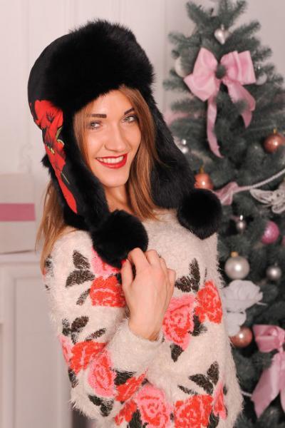 Женская зимняя шапка черная с маками из натурального меха