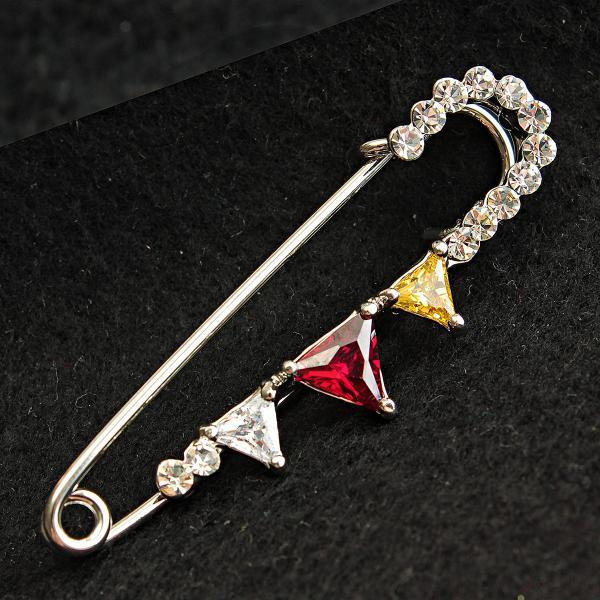 [15 мм] Брошь-булавка светлый металл  со стразами и камнями Треугольники прозрачного,красного и желтого цвета