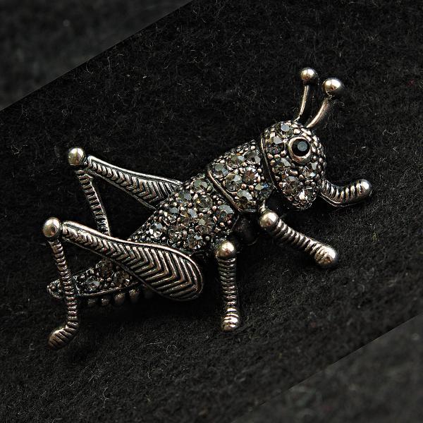[25/45 мм] Брошь темный металл кузнечик со стразами дизайн насекомого