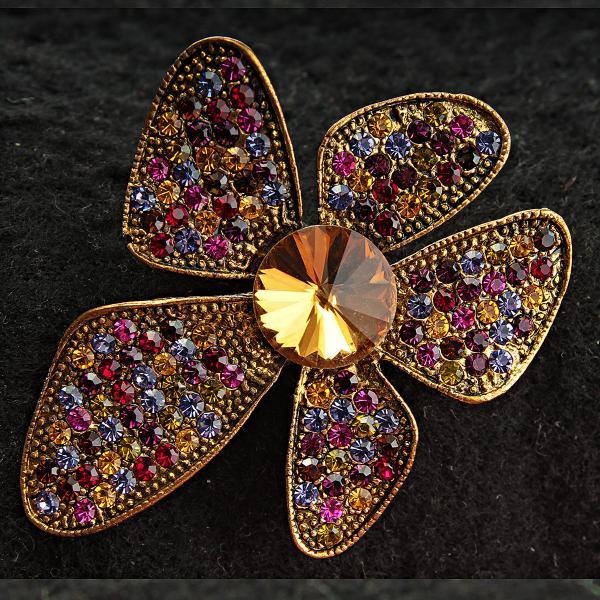[40/53 мм] Брошь медного цвета Цветок в стиле 60-х с разноцветными камнями и крупным желтым камнем посередине