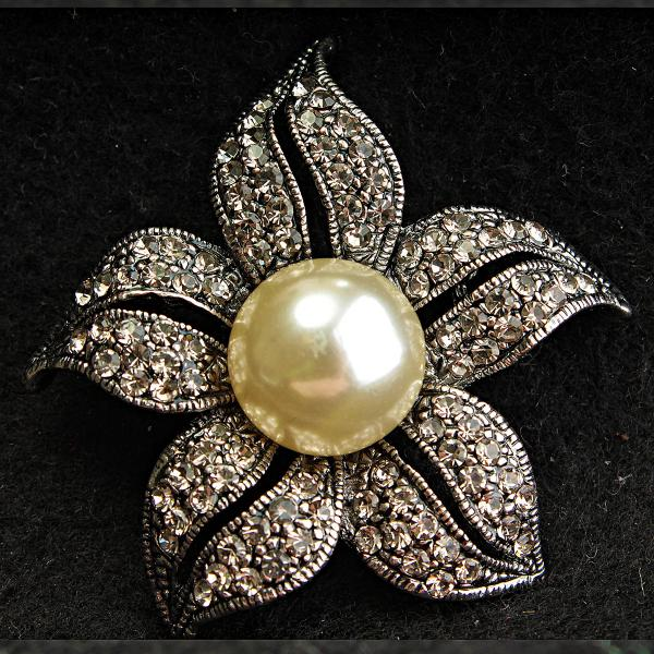 [45/45 мм] Брошь металл под капельное серебро со стразами  Цветок с большой светлой жемчужиной по центру