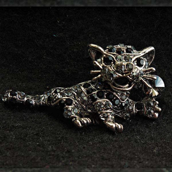 Брошь металл под капельное серебро Тигренок со стразами темно-серого и черного цвета [25/47 мм]