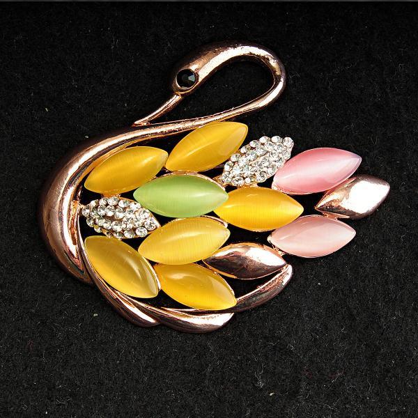 [45/60 мм] Брошь желтый металл лебедь с камнями кошачий глаз кабошон нежных оттенков розового, желтого и зеленого
