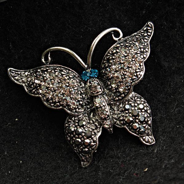[30/37 мм] Брошь металл под капельное серебро Бабочка со стразами, декорированная голубыми камнями