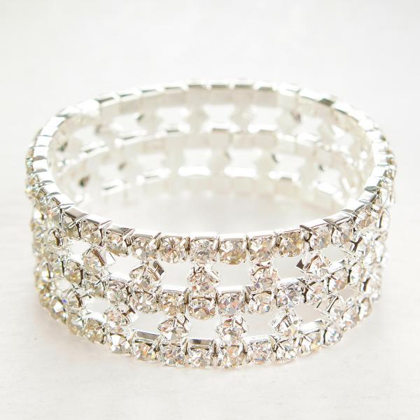 Браслет на резинке стразы белые оригинальный дизайн усыпанный камнями обхват 18-22 см