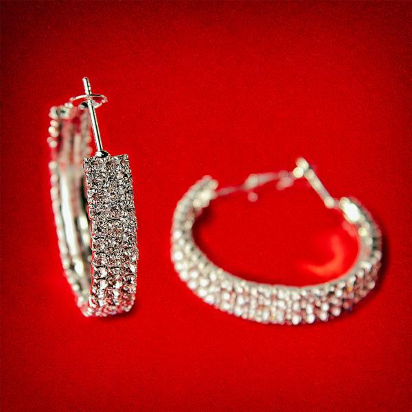 [35 мм] Серьги-кольца итальянский замок с белыми стразами маленького размера светлый металл 3 ряда