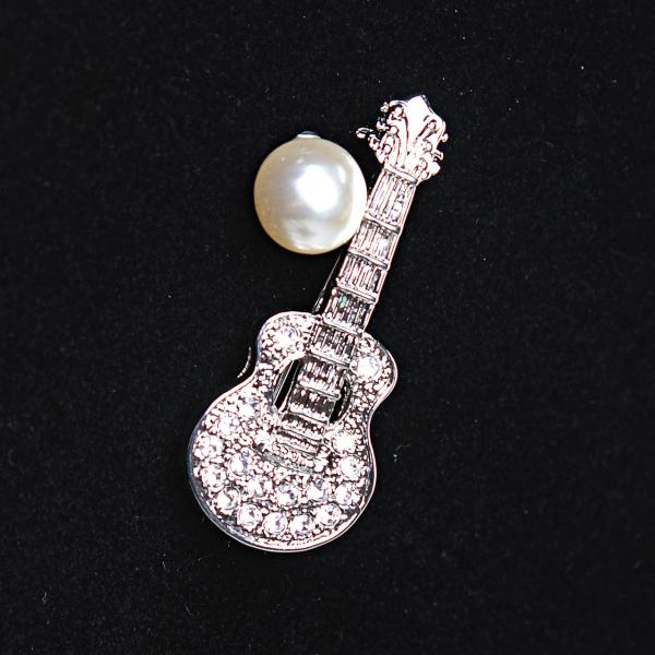[45Х15 мм.] Брошь Гитара маленькая со светлой жемчужиной, металл Silver со стразами