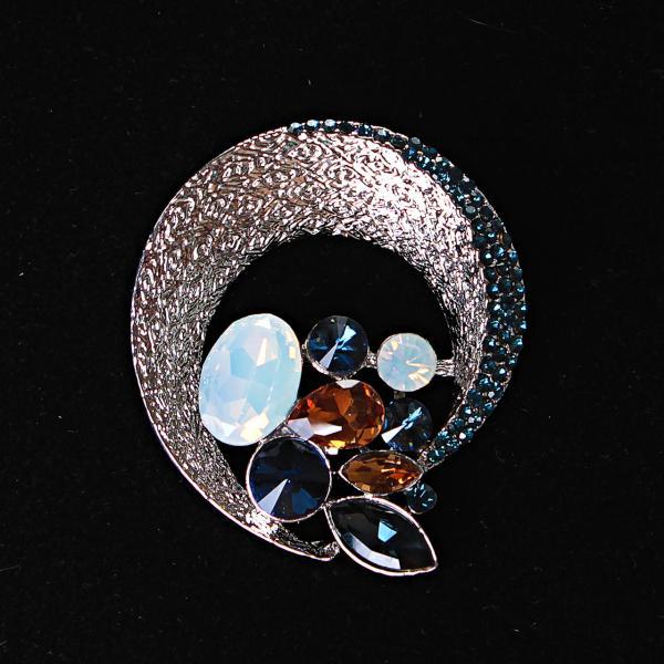 [45/50 мм.] Брошь круглая  Ободок со стразами,сплетающимися в красивую композицию, металл Silver