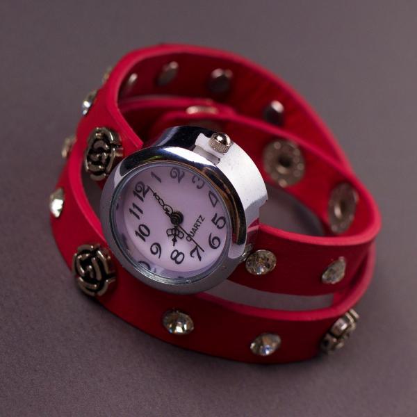 Часы женские ремешок в заклепках красный