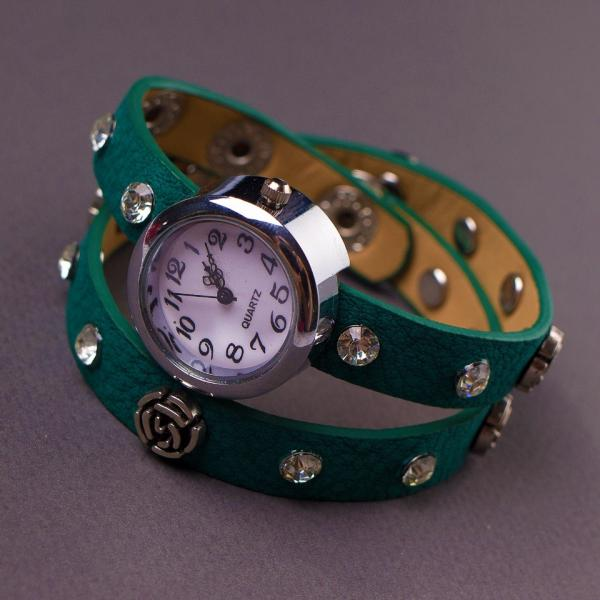 Часы женские ремешок в заклепках  зеленый
