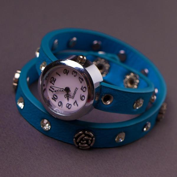 Часы женские ремешок в заклепках синий
