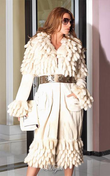 Пальто из щипаной норки с накладными карманами и помпонами