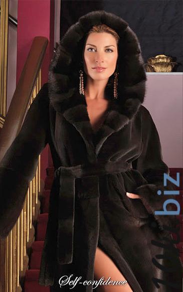 Пальто из щипаной норки классическое с капюшоном Кобра выложенным поперечными пластинами Шубы норковые в России