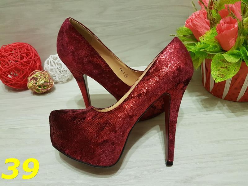 Туфли с красной подошвой красные