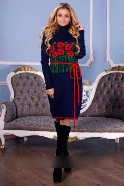 платье вязка с цветами и поясом