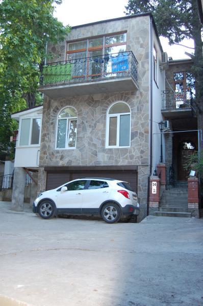 30  Жилье посуточно  Ялта: 2-х комнатные  апартаменты  2+1 ( Лена ) ул Садовая   рядом с Набережной парковка