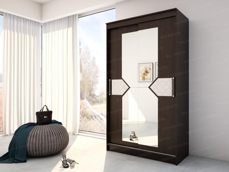 Шкаф-купе с зеркалами в центральном отсеке и декором.Венге/лиственница светлая