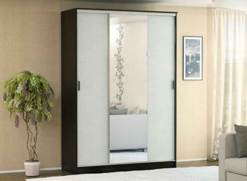 Шкаф-купе с зеркалами отделанный кожей 2м