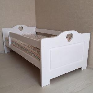 Фото  Деревянная кровать Сердечки