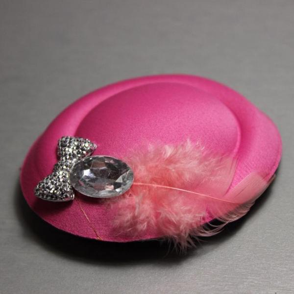 """Заколка детская """"Шляпка с пером"""" темно розовая 8х7см"""