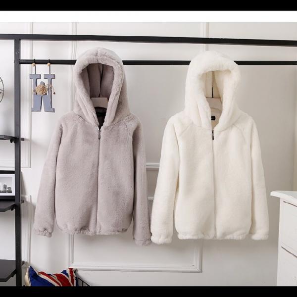Легкая демисезонная куртка с капющоном