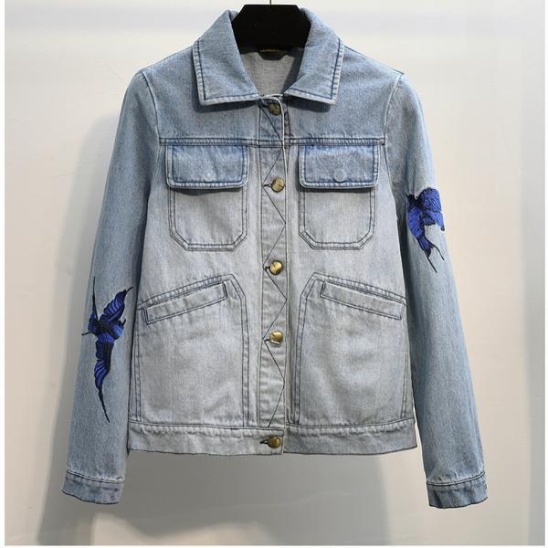 Джинсовая куртка с ласточками на рукавах