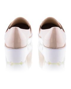 Фото  Бежевые туфли на белой подошве