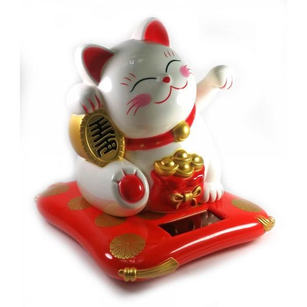 Кошка Манэки-нэко машущая лапой на солнечной батарее (17х16х14 см)