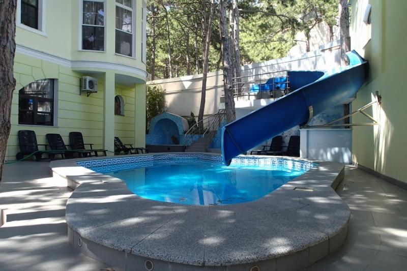 Сдаю виллу с бассейном в Ялте на 7 спален в лесу