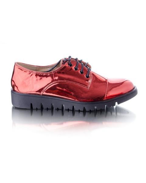Красные туфли на шнурках